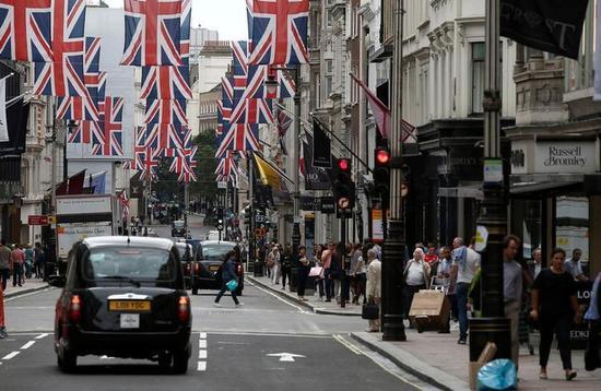2016年7月9日,英国伦敦,购物者逛新邦德街。 REUTERS/Peter Nicholls/File Photo