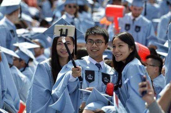 资料图:中国留学生在美国哥伦比亚大学毕业典礼上自拍。 新华社记者 王雷 摄