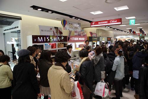 韩国首尔一家百货商场内,购物的人们络绎不绝。新华社记者何璐璐摄