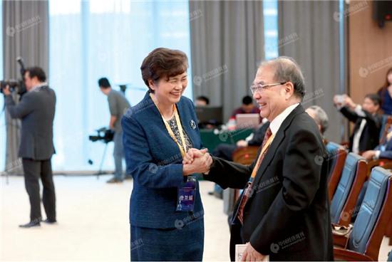 李兰娟院士(左)和王威琪院士在现场交流。《中国经济周刊》视觉中心 首席摄影记者 肖翊 摄