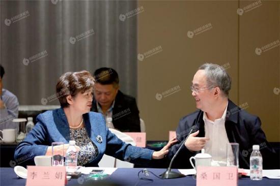 十一届全国人大常委会副委员长桑国卫院士与李兰娟院士在专题战略咨询会议现场探讨交流。