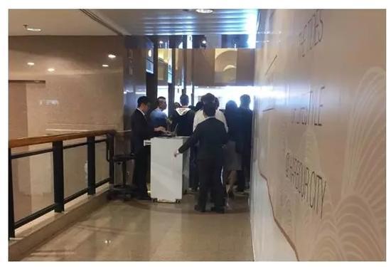 英国保诚保险大楼电梯口(由于是周末,大部分人员是去验证中心)