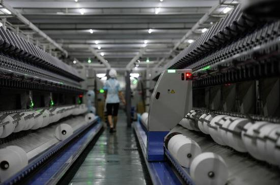 江苏盛泽生产的丝绸纺织品获得日本免检。(新华社发)