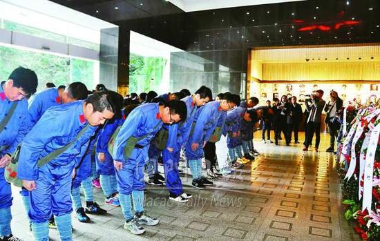 学员向革命烈士鞠躬 (图片为古桢辉 摄)