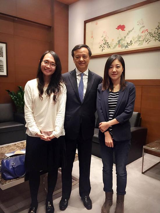 新浪财经香港站站长彭琳、记者刘美楠与港交所行政总裁李小加合影