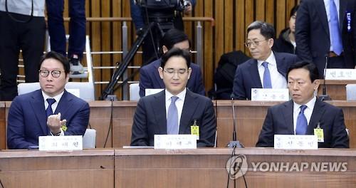 12月6日,在韩国国会,SK团体会长崔泰源、三星电子副会长李在镕和开朗团体会长辛东彬(左起)列席听证会。(韩联社)