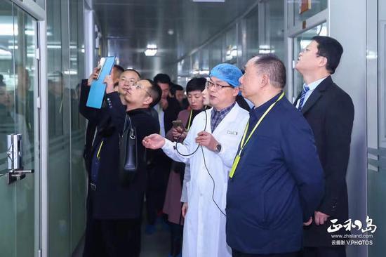技术总监刘伟介绍煌上煌理化实验室专业检验检测设备