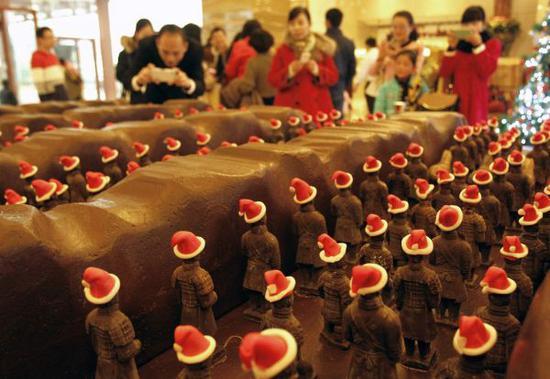 资料图片:2014年11月23日,巧克力兵马俑亮相西安。新华社发 焦宏涛 摄