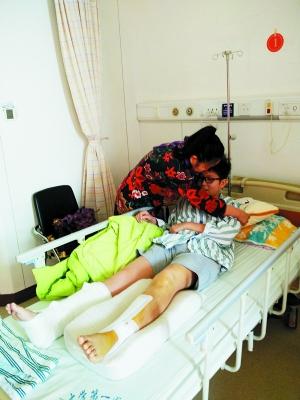 母亲在医院照顾陈同学。 摄影 海涛