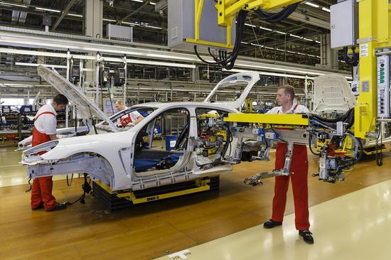 """保时捷工厂每一位技师在组装车时,也不用总是周而复始的""""重复劳动"""",多变的工作才更有乐趣,也更符合人体力学原理"""