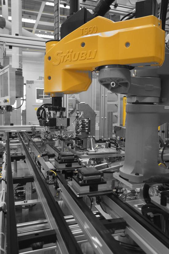 在博世德国劳特林根工厂的雷达生产线上,机器人是技工们高效的好工友