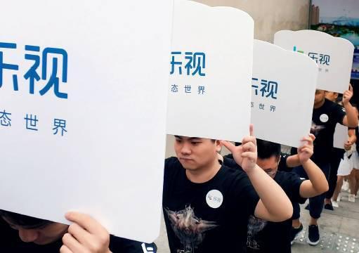 湖北宜昌商家举牌游街促销乐视产品 图来源:IC