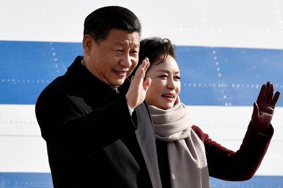 国家国度主席习近平与夫人彭丽媛到达瑞士苏黎世克罗腾机场