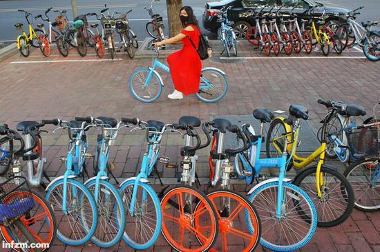 在广州塔地铁站附近,停放着很多公司的共享单车。共享单车的出现,为市民出行带来了便捷。(南方周末记者 翁洹/图)