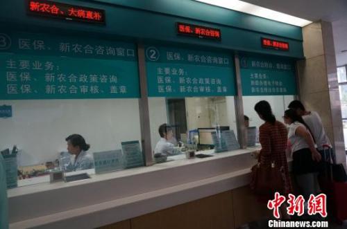 资料图。患者在河南省人民医院进行咨询。韩章云 摄