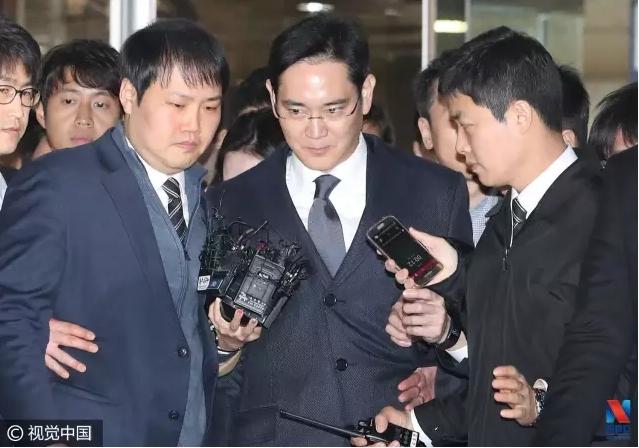 当地时间2017年2月16日,韩国首尔,三星电子副会长李在镕在法院审讯结束后乘车准备前往位于京畿道义王市的看守所(图片来源:视觉中国)
