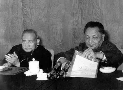 中共十一届三中全会,邓小平和陈云在会议上