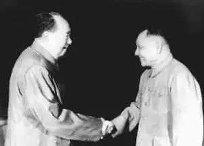 1974年底,毛泽东和邓小平亲切握手。