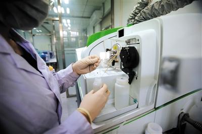 昨日,民生实验净水器水质实验,中国家电研究院,工作人员利用电感耦合等离子体质谱仪,测试水中含有的重金属。