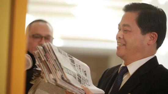 云南省委书记陈豪向爱心屋投递报纸。