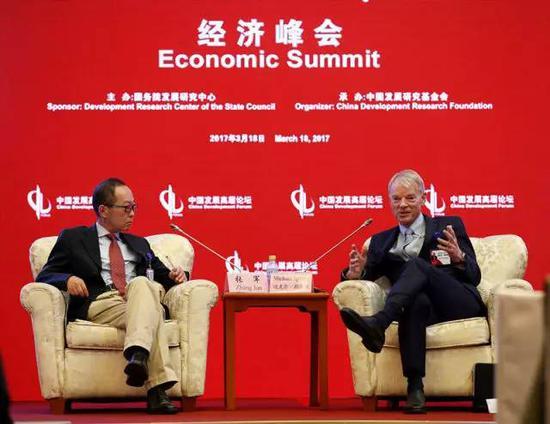 3月18日,美国纽约大学教授迈克尔·斯宾塞(右)在参加中国发展高层论坛2017活动时与复旦大学经济学院院长张军对话。新华社记者 才扬 摄