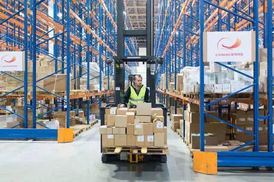 2016年11月9日,在位于俄罗斯莫斯科东南部的一家中国跨境电商物流企业的海外仓,工作人员运送货物。新华社记者 白雪骐 摄