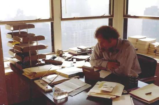 70年代中期,格林伯格在他父親的出版代理公司裏工作。