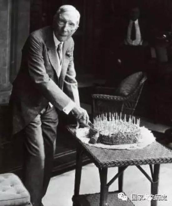 1929年,洛克菲勒庆祝自己90岁生日。步入耄耋之年的洛克菲勒,早已把工作重心转移到慈善事业