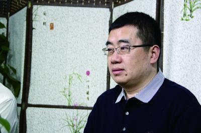 《追问》作者丁捷在法晚直播间接受《玉言》栏目采访