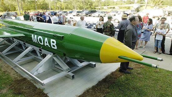 """美国宣布对阿富汗境内""""伊斯兰国极端组织目标投掷炸弹之母(Mother of All Bombs)"""