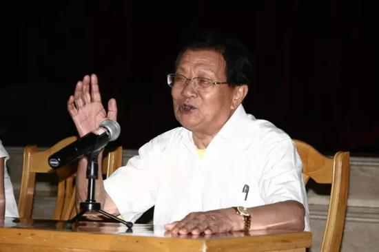 """吴仁宝,华西村的老书记。在他的带领下,华西村发展成""""天下第一村""""。"""