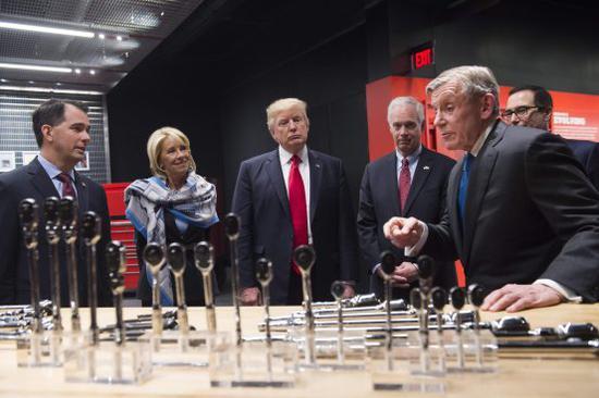 上周特朗普参观工具制造商实耐宝公司。