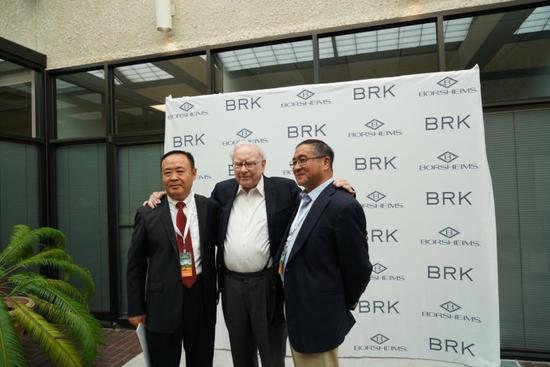 """我与两位恩人,中国第一篇介绍巴菲特文章""""证券投资巨擘---华伦布费""""(华伦-布费就是当时巴菲特先生的译名。)的作者美籍华人孙涤教授,心目中的英雄巴菲特先生奇迹般地聚集在一起。"""