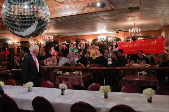 在巴菲特喜爱的牛排馆打出感谢巴菲特横幅,巴菲特向我们招手致意。