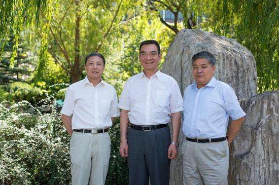从左至右:蔡昉、林毅夫、李周