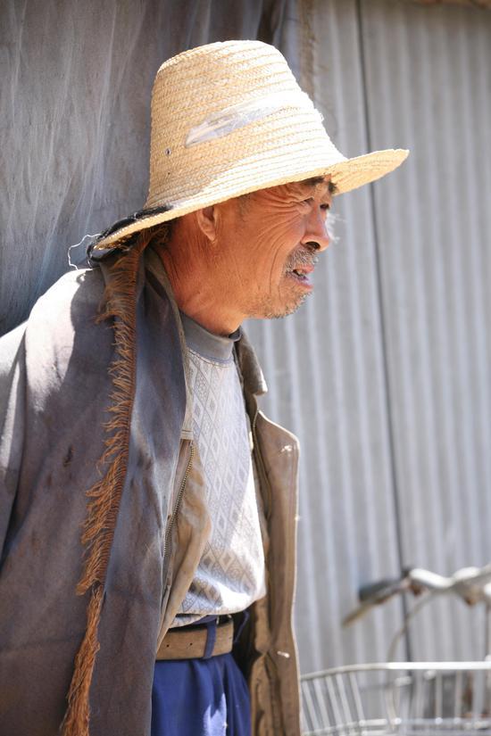 这位大爷是安新县,白洋淀淀区内的居民,他说不知以后的生活会是什么样子,对于主席的决定一定支持,但我们搬到别的地方去会不会习惯。他还说,儿子外出打工去了,以后的事情,看他们怎么做主。