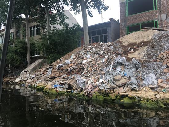 白洋淀上万户居民生活污水及建筑垃圾,均是直排