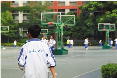 2017年6月9日,成都七中高新校区,一初中生身着校服在操场上活动,校服背面成都七中字样是成都七中校服标志之一。