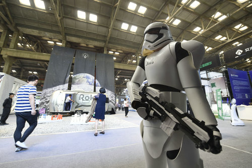 """资料图片:首届杭州(国际)未来生活展上的""""星球大战""""机器人。新华社发"""
