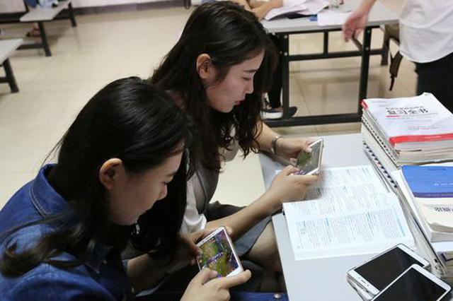 """2017年6月15日,湖北省襄阳市,几名女大学生在学校图书馆""""开黑""""玩王者荣耀。据统计数据显示,在王者荣耀游戏玩家中,女大学生占了11.6%。"""