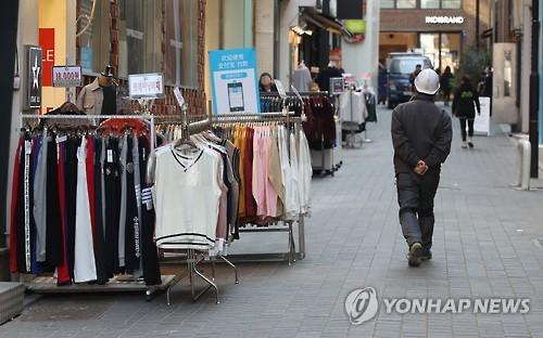 资料图片:首尔著名购物区明洞略显冷清。(韩联社)