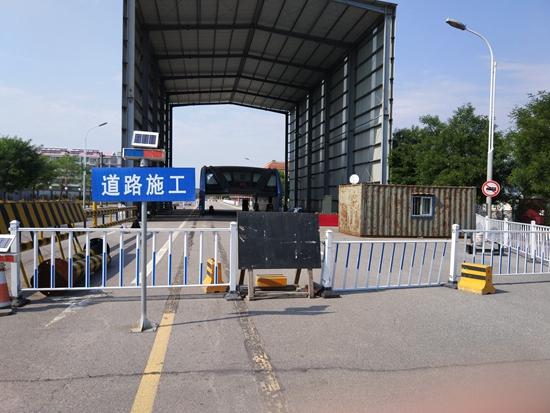 """因為""""巴鐵一號""""試驗占用,秦皇島北戴河區富民路只剩下雙向兩車道"""