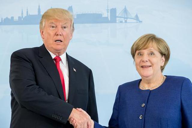当地时间2017年7月6日,德国汉堡,G20峰会召开前夕,美国总统特朗普与德国总理默克尔在举行双边会晤前互相问候。