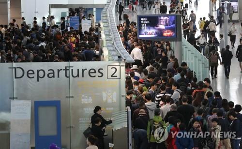 资料图片:2017年4月27日上午,仁川国际机场候机大厅人潮涌动。(韩联社)