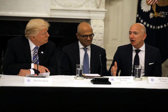 资料图:特朗普和亚马逊CEO贝索斯(右一)