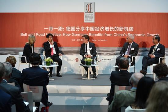 復星集團私人銀行事業部總經理、法蘭克福聯席執行首代劉強先生(左二)在論壇作案例分享