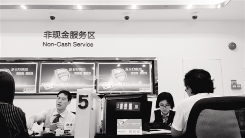 基金销售冷暖双面:银行充当爆款推手
