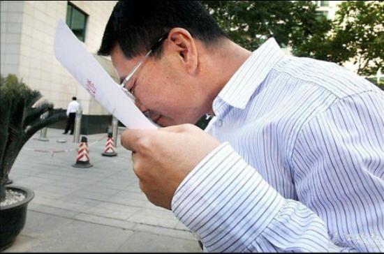 2012年5月27日下午,国家发改委正式核准广东湛江钢铁基地项目动工建设。图为湛江市长王中丙在国家发改委门前难抑激动亲吻批复文件。(来源:湛江新闻网)