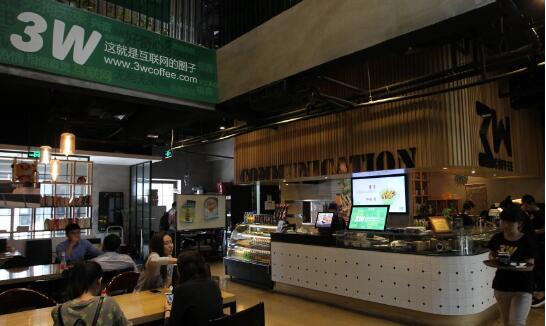 """已成为""""创客""""聚集地的中关村创业大街上的一家咖啡馆。(香港《南华早报》网站)"""