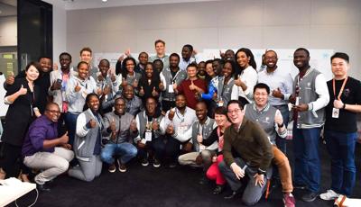 非洲青年创业者在课后同马云合影